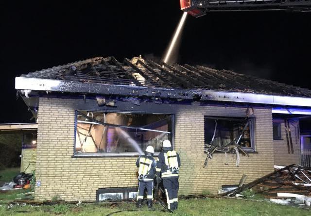 Wohnhaus steht bei Eintreffen der Feuerwehr in Vollbrand- Feuerwehren Kluse, Dörpen und Börger verhindern ein Übergreifen der Flammen auf ein weiteres Wohnhaus Foto: SG Dörpen Feuerwehr