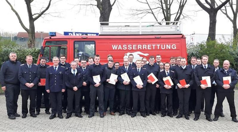 Prüflinge und Prüfer nach der Übergabe der Bescheinigungen Foto: Jens Menke, Feuerwehr Meppen