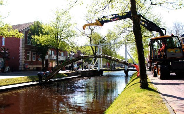Blumenbrücken zur Blumenschau werden aufgebaut – Sperrungen Foto: Stadt Papenburg