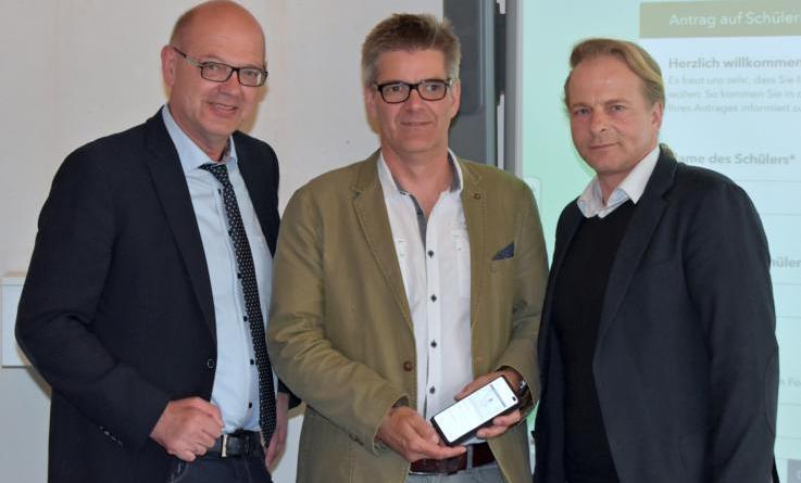 Stolz auf das neue Online-Angebot: (v.l.n.r.) Uwe Fietzek (Erster Kreisrat), Jörg Frister (GIS-Koordinator) und Frank Adenstedt (Leiter Verkehrsabteilung). Foto: Landkreis Grafschaft Bentheim
