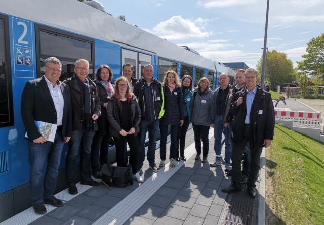 Die Bereisung der Jury begann mit einer Fahrt im fahrradfreundlichen Regiopa-Express. Bürgermeister Thomas Berling (links) begrüßte die Teilnehmer*innen. Foto: Stadt Nordhorn
