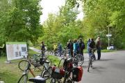 Anhand großer Info-Banner erläuterte Stadtbaurat Thimo Weitemeier (links) unterwegs Kernpunkte der Radverkehrsentwicklung in Nordhorn. Foto: Stadt Nordhorn