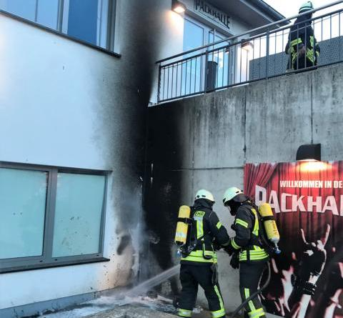 """Glimpflich verlaufen ist der Brand einer Mülltonne an der """"Packhalle"""" im Kellergeschoss des Jugendzentrums (JUZ) """"Alte Post"""" in Sögel. Durch die enorme Hitze schmolz teilweise die Vertäfelung des Dachüberstandes, wie oben im Bild erkennbar ist. Foto: SG Sögel/Feuerwehr."""