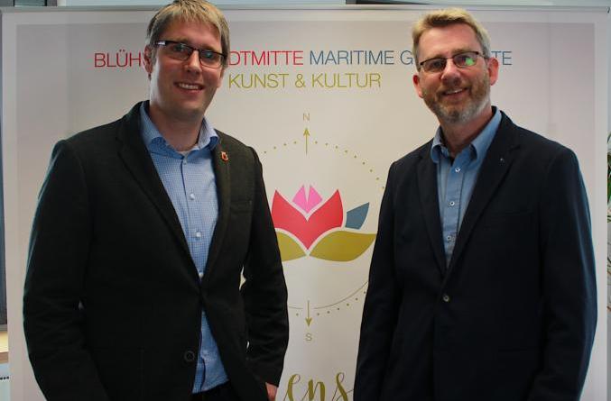 Der Geschäftsführer der Ems-Achse, Dr. Dirk Lüerßen (rechts), freut sich auf die Zusammenarbeit mit der Blumenschau in diesem Jahr rund um Projektleiter Heiko Abbas von der Stadt Papenburg. Foto: Stadt Papenburg