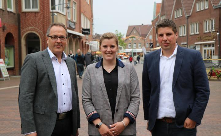 Bürgermeister Helmut Knurbein (links) und Wirtschaftsförderer Alexander Kassner (rechts) heißen die neue Kollegin Janine Baalmann willkommen. Als Citymanagerin wird sie künftig vor allem Ansprechpartnerin für die Einzelhändler in der Stadt Meppen sein. Foto: Stadt Meppen