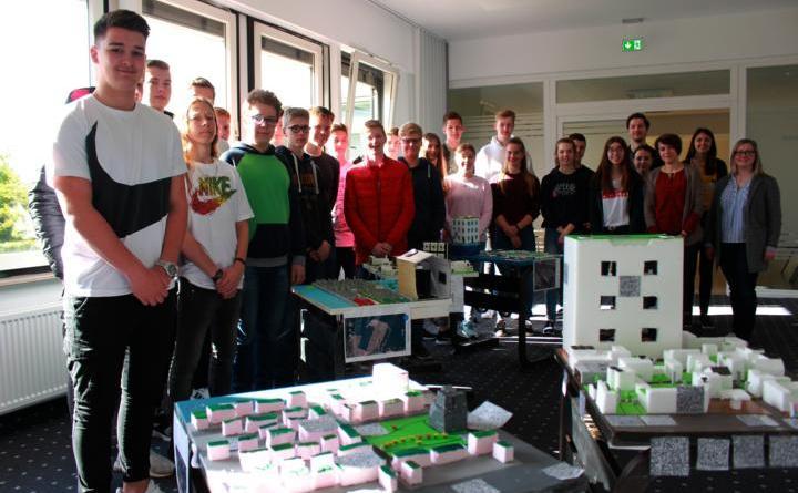 Die Schüler der Klasse 9e des Gymnasiums in Papenburg haben verschiedene Modelle zur nachhaltigen Stadtplanung entworfen. Diese Modelle werden noch bis zum 17. Mai im Rathaus zur Ansicht ausgestellt. Foto: Stadt Papenburg