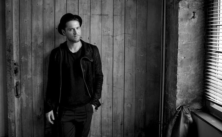 """Johannes Oerding zeigt seine Dance-Skills im neuen Video zu """"An guten Tagen"""" Foto: Sony Music"""