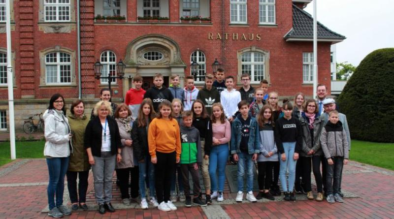 Nach dem Besuch der Schüler am Freitag folgten am Dienstag die Jungen und Mädchen des Sportaustausches zwischen Strzelin und Papenburg. Sie würden von Bürgermeister Jan Peter Bechtluft begrüßt (hinten rechts). Foto: Stadt Papenburg