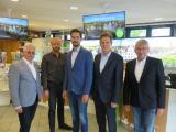 Lingens Oberbürgermeister Dieter Krone (2.v.r.), der Erste Vorsitzende des LWT e.V. Martin Grabein (links), Marko Schnitker (2.v.l.) vom LWT und LWT-Beiratsvorsitzender Werner Hartke (rechts) begrüßen den zukünftigen LWT-Geschäftsführer Jan Koormann. Foto: Stadt Lingen