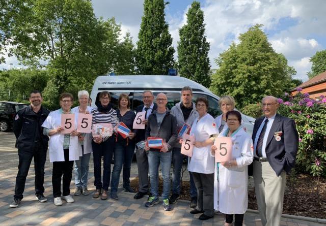 Die Schnapszahl brachte ihm Glück - Norbert Nintemann (5 v.r.) ist der 55.555 Blutspender des DRK-Ortsvereins Haren. Foto: Stadt Haren