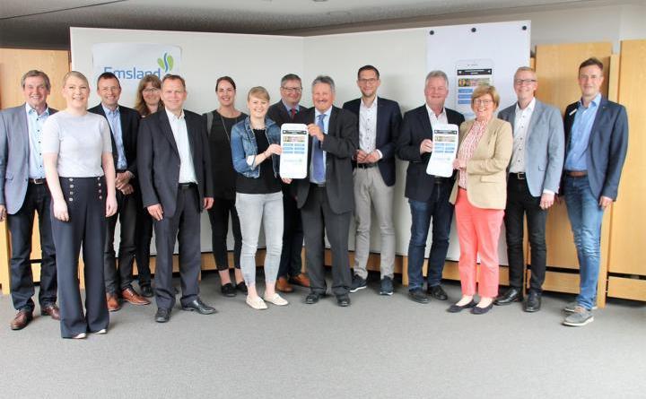 Warben für die Emsland-Dorf-App: Vertreter der Kreisverwaltung, von den Gemeinden und Landrat Reinhard Winter (Mitte). (Foto: Landkreis Emsland)