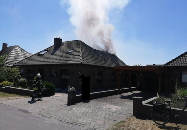 Geeste - ein verletzter Feuerwehrmann bei Dachstuhlbrand in der Ludwigstrasse - Foto: NordNews.de