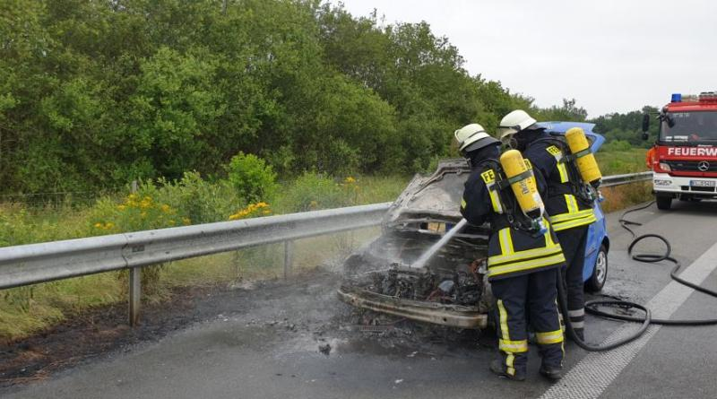 Feuerwehr Heede löscht brennenden PKW auf der A31 zwischen Rhede und Heede - Foto: SG Dörpen / Feuerwehr
