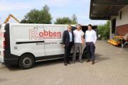Bürgermeister Helmut Knurbein (links) und Wirtschaftsförderer Alexander Kassner (rechts) beglückwünschten Nico Robben (Mitte) zur Auszeichnung mit dem Gründerpreis Nordwest 2019. Foto: Stadt Meppen