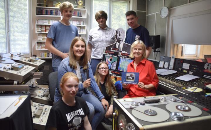 Die JUZ-TV Redaktion mit Hörspielregisseurin Heikedine Körting in ihrem Hamburger Studio. Foto: Stadt Papenburg
