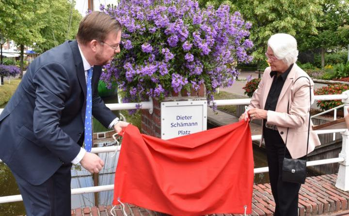 Papenburgs Bürgermeister Jan Peter Bechtluft und Anneliese Schämann enthüllten am Mittwochvormittag gemeinsam das Schild, dass nun den Dieter Schämann Platz am Hauptkanal ausweist. Bild: Ute Müller