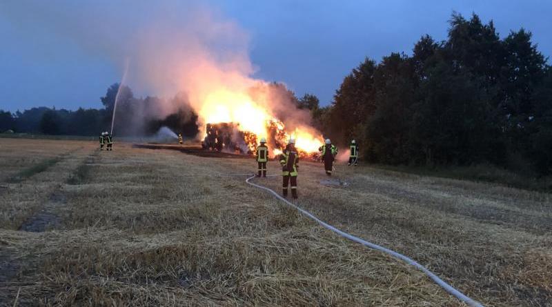 Strohmietenbrand in Esterwegen - Infos und Bilder der Feuerwehr - Foto: Torsten Stind, Pressewart Feuerwehr Esterwegen