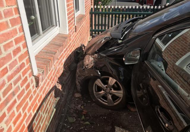 PKW fährt in Hauswand – Fahrerin verletzt sich - Foto: SG Dörpen / Feuerwehr