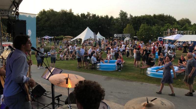 """Ein voller Erfolg war die erste After-Work-Party auf der Blumenschau 2019 mit dem Titel """"Bergfest"""". Zwei Bands spielten auf der Hauptbühne und im Verlauf des Abends waren rund 700 Besucher im Park. Foto: Stadt Papenburg"""