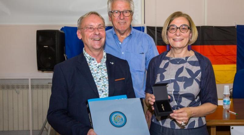 Das Foto (© Brünink) zeigt den Vorsitzenden des Nordhorner Partnerschaftskomitees Achim Haming (links) gemeinsam mit Hochschuldirektorin Maria Rita Pitoni und Aloys Domnick vom Nordhorner Förderverein bei der Einweihung der neuen Schulbibliothek.