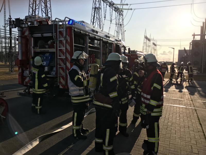 Lageerkundung und Besprechung beim Konvertergebäude Foto: SG Dörpen - Feuerwehr