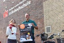 Felicitas Sieweck (VHS Projektplanung) und Friedhelm Voß (stv. VHS-Direktor) sind derzeit mit der Planung beschäftigt und freuen sich auf das Event. Foto: VHS