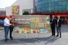 Auch in diesem Jahr freuen sich (v.l.) Fabian Bayer (Fa. Marktkauf), Ansgar Limbeck (WiM-Stadtmarketing), Bürgermeister Helmut Knurbein und Dirk Mimjähner (Fa. Albers) auf den Nödiker Herbstmarkt. Foto: Stadt Meppen