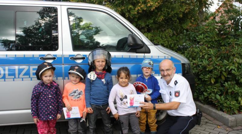 Papenburg - Kita gewinnt Malbücher - Foto: Polizei