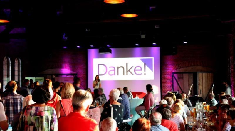 """""""Danke"""" war das wohl am häufigsten benutzte Wort am Donnerstagabend im Alten Güterbahnhof. Beim ersten Ehrenamtsfest bedankte sich die Stadt bei rund 170 engagierten Ehrenamtlichen in der Stadt für ihren großen freiwilligen Einsatz. Foto: Stadt Papenburg"""