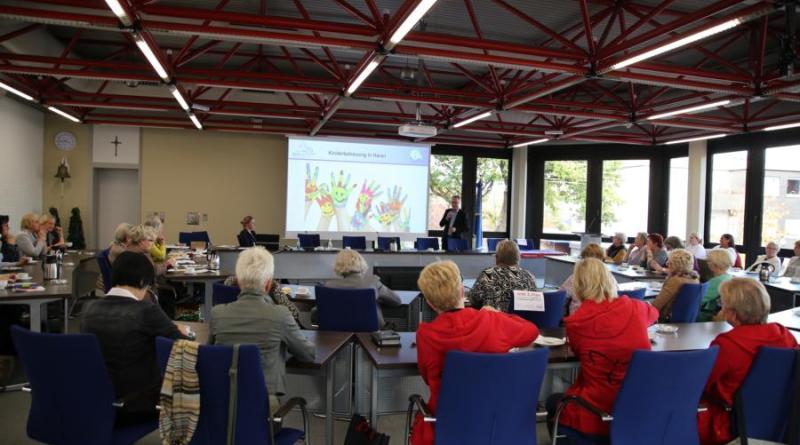 Die Vertreterinnen der Frauenverbände wurden von Bürgermeister Honnigfort über die Kinderbetreuung in der Stadt Haren (Ems) informiert. Foto: Stadt Haren (Ems)