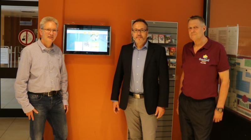 (v.l.) Romann van Leeuwen, Geschäftsführer des Emsbades Meppen, Bürgermeister Helmut Knurbein und Horst Witt, technischer Leiter des Emsbades, freuen sich über die Wiedereröffnung. Foto: Stadt Meppen