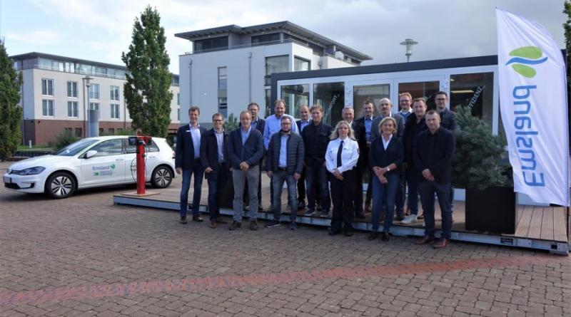 Dezernent Michael Steffens (7. v. r.) mit Projektpartnern beim Zukunftsraum Emsland (Foto: Landkreis Emsland)