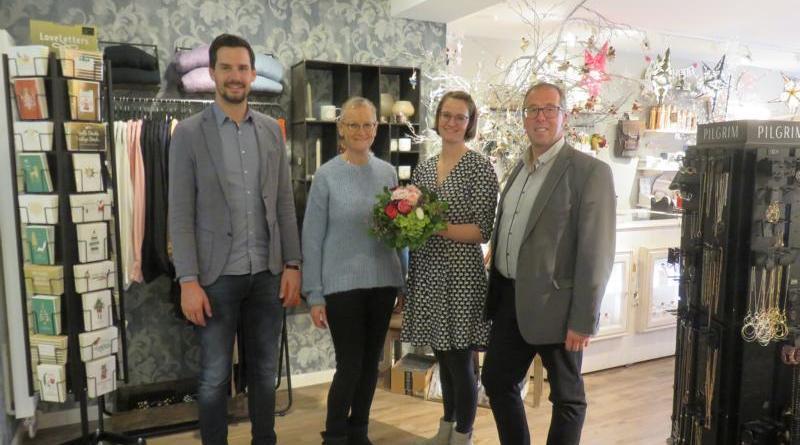 Jan Kormann (li.) und Andreas Löpker (re.) gratulieren Jutta und Jana Kurze zur Neueröffnung. Foto: Stadt Lingen