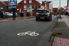 Diese neuen Piktogramme sollen die Autofahrer auf mögliche Radfahrer auf der Emdener Straße und der Friederikenstraße hinweisen. Foto: Stadt Papenburg
