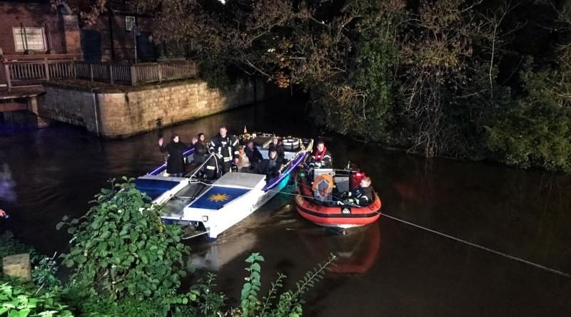 Feuerwehr rettet Fahrgastschiff aus misslicher Lage - Boot mit 10 Passagieren vor viele Zuschauern in sicheres Fahrwasser gebracht - Foto: Holger Schmalfuß, Feuerwehr Nordhorn