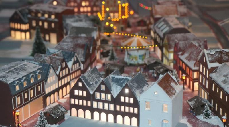 Die Rentei und ein fliegender Weihnachtsmann zieren in diesem Jahr zusätzlich den interaktiven Miniatur-Weihnachtsmarkt. Foto: Stadt Meppen