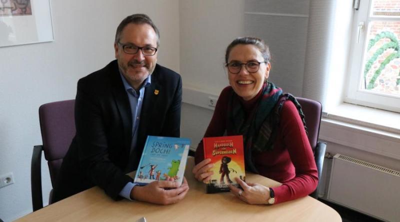 (v.l.) Bürgermeister Helmut Knurbein und die stellvertretende Bürgermeisterin Andrea Kötter haben am Vorlesetag in drei Meppener Grundschulen Geschichten vorgelesen. Foto: Stadt Meppen