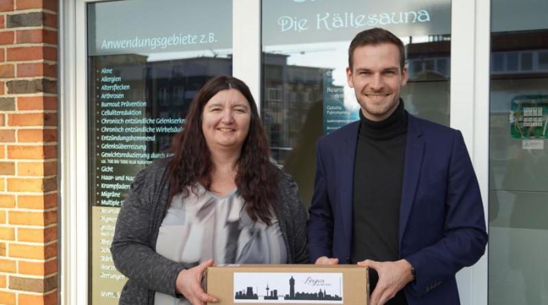 """Jens Schröder von der Wirtschaftsförderung der Stadt Lingen gratuliert Tanja Tiedemann zur Neueröffnung der """"Eishexe – Die Kältesauna"""". Foto: Stadt Lingen"""