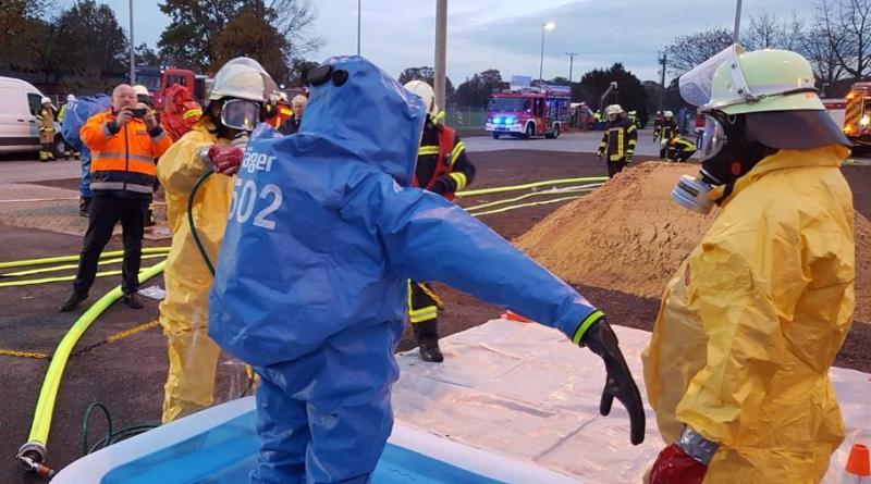 Dekontamination eines CSA Trägers, der aus dem Einsatz zurückkommt. - Foto: Feuerwehr Neuenhaus