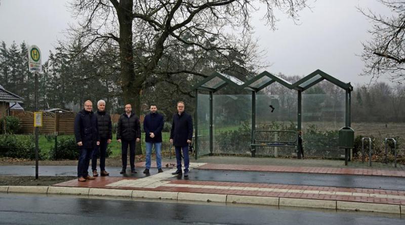 Eine Delegation aus Politik und Fördermittelgebern nahm die umgebaute Bushaltestelle in Wesuwe, Ortsteil Bersede, in Augenschein. Foto: Stadt Haren (Ems)