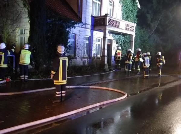 In einer leerstehenden Villa in Sögel brach am Freitagabend an mehreren Stellen Feuer aus. Dir Feuerwehr Sögel konnte die Brände rechtzeitig löschen. Foto: SG Sögel/Feuerwehr