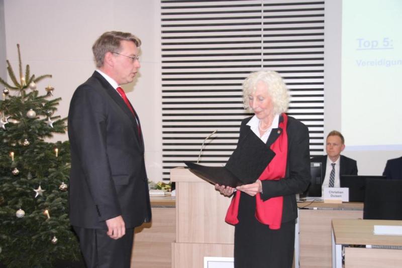 Die stellvertretende Landrätin Margret Berentzen vereidigt Landrat Marc-André Burgdorf (l.). Foto: Landkreis Emsland