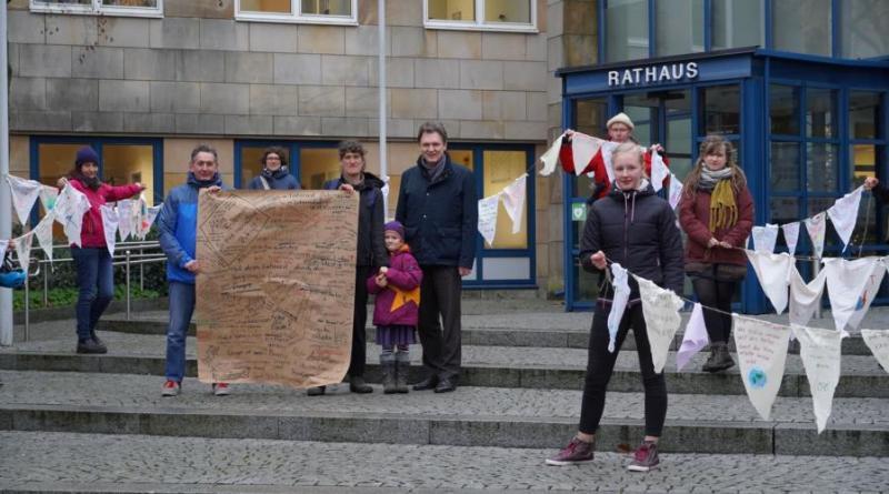 Wimpelkette an OB Krone übergeben - Klimagruppe Emsland überreicht Stoffdreiecke mit Wünschen und Forderungen - Foto: Stadt Lingen
