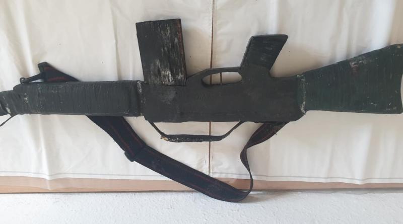 Haselünne - Wer kann Hinweise zum Eigentümer der Holzwaffe geben?. Foto: Polizei