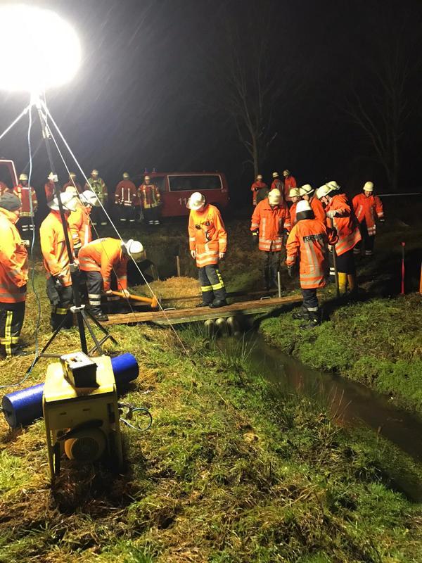 Öliger Film aus Wasseroberfläche - Einsatz der Feuerwehr Werlte - Foto: Christian König, Feuerwehr Werlte