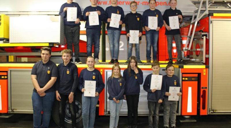 Die ausgezeichneten Jugendfeuerwehrleute mit ihrer Auszeichnung, Leider konnten nicht alle zugegen sein. Foto: Feuerwehr Meppen