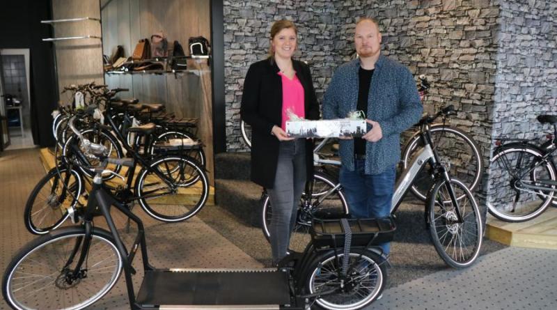 """(v. l.) Citymanagerin Janine Baalmann besuchte Erwin Ebeltjes im neuen Ladenlokal und ließ sich unter anderem das """"Lopifit"""" erklären. Foto: Stadt Meppen"""
