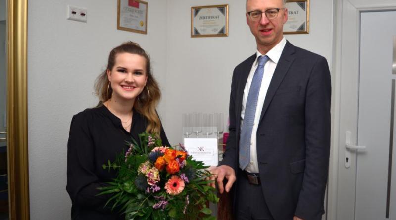 Inhaberin Vanessa Nano mit Bürgermeister Helmut Höke, der zur Geschäftseröffnung einen Blumenstrauß überreicht. Foto: Gemeinde Geeste