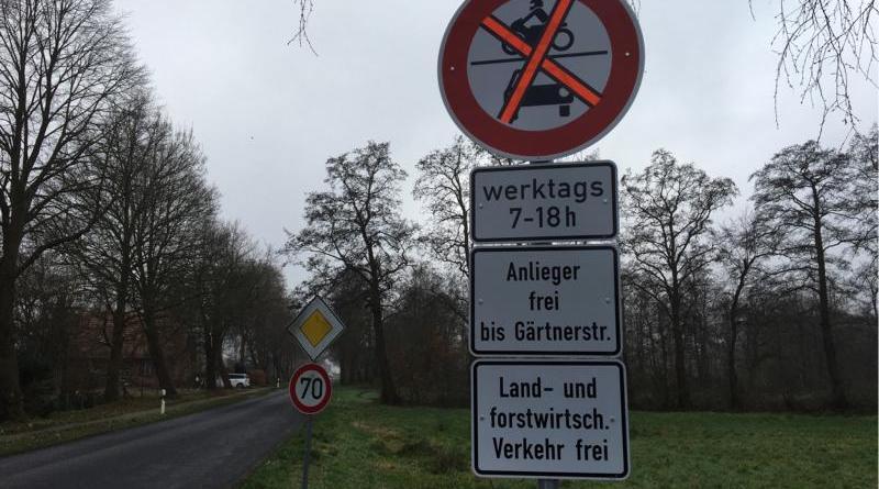 Die Verbotsschilder wurden an der Russellstraße schon aufgestellt. Ab Montag tritt das Verkehrsverbot für den Kfz-Verkehr in Kraft. Foto: Stadt Papenburg
