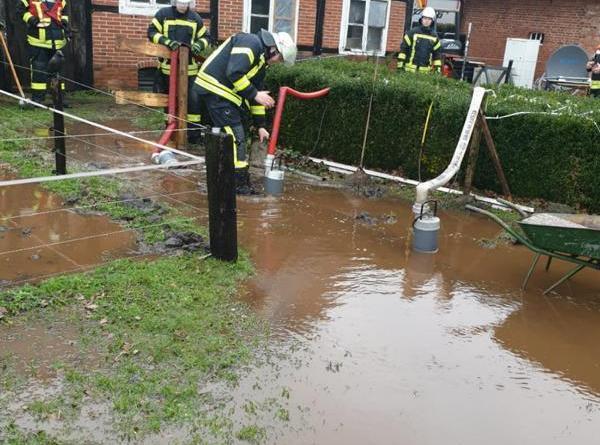 Wasser läuft auf Hofstelle - Foto: Feuerwehr Neuenhaus